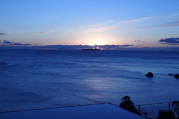 1日1組限定のインフィニティプールから望む相模湾