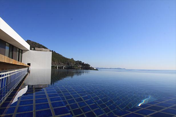 熱海のリゾートホテルUMITO VOYAGE ATAMIのインフィニティプール